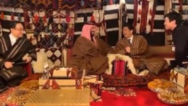 رئيس الوزراء اليابانى بالزى السعودى فى خيمة مع الأمير محمد بن سلمان